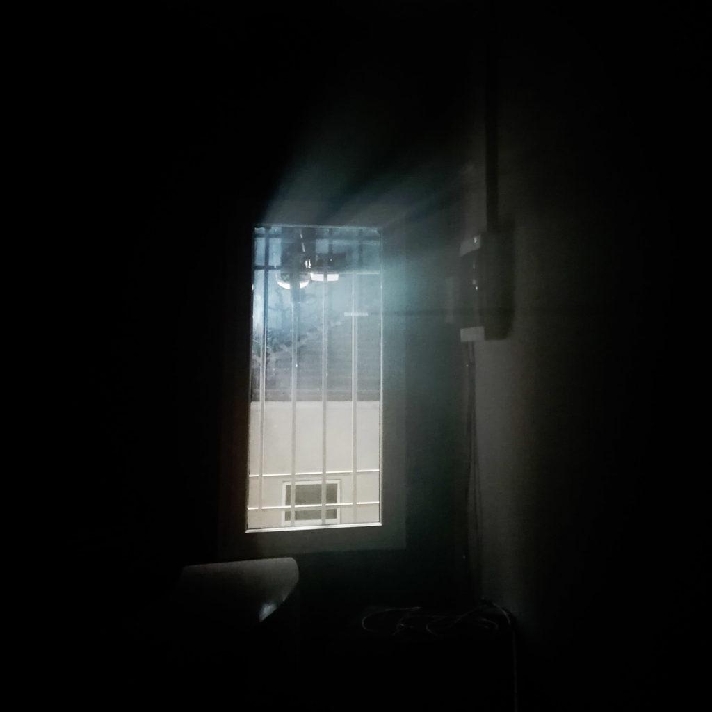 Fenster in düsterer Atmosphäre